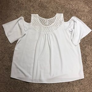 Avon white cold shoulder top with lace 2x euc